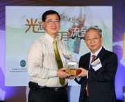 Club Chairman Dr John C C Chan presents souvenir to Central & Western District Council Vice Chairman Stephen Chan.